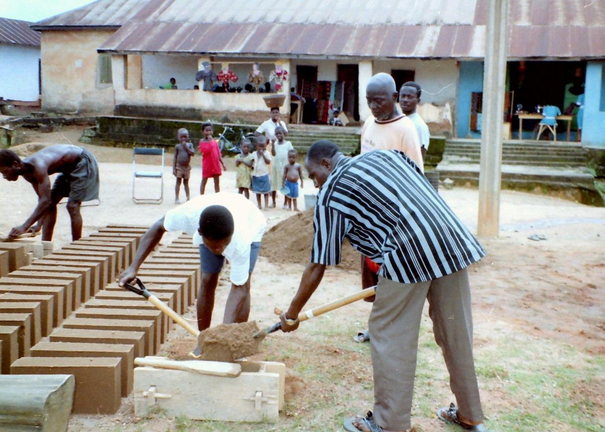 Dorps chief helpt mee met  maken van blokken